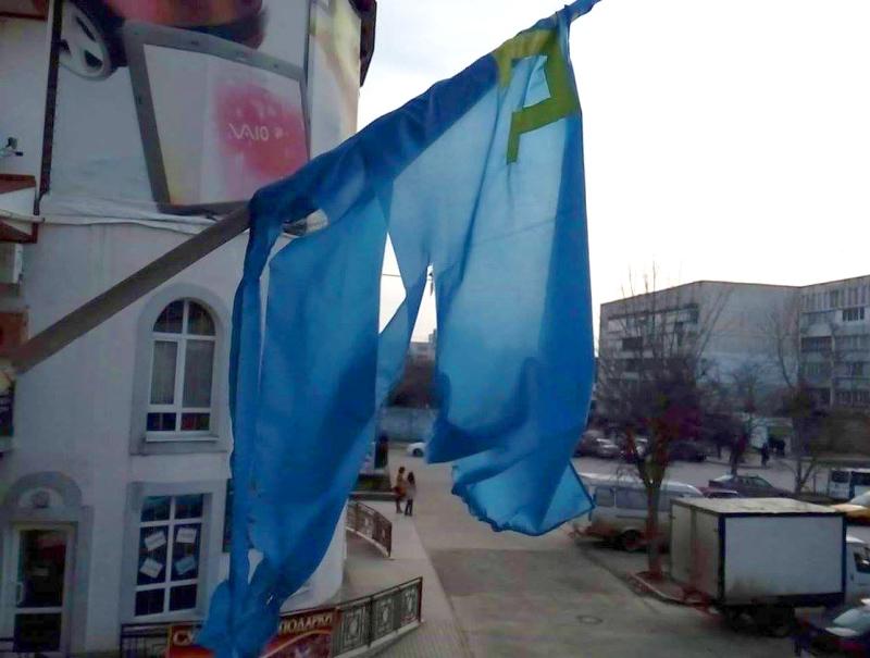 У Криму вандали поглумилися над кримськотатарським прапором - фото 1
