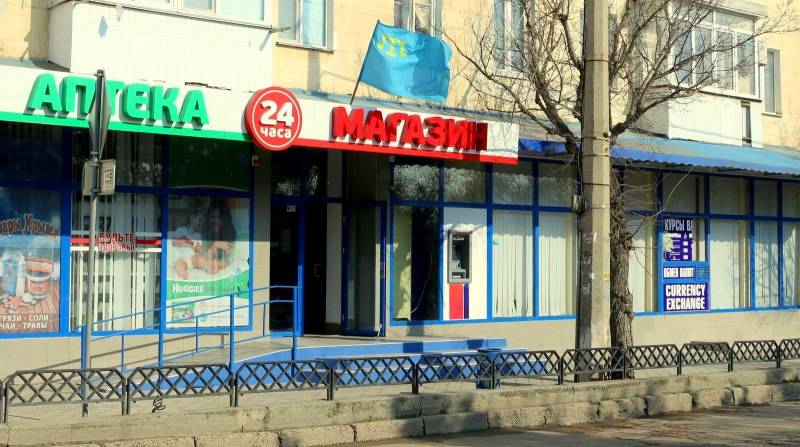 У Криму вандали поглумилися над кримськотатарським прапором - фото 2